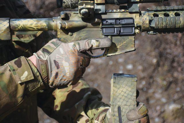 Кнопка фиксации магазина у AR-15