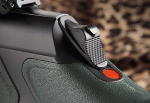 Устройство Silent cocking system позволяет взвести ударник непосредственно перед выстрелом совершенно безопасно и абсолютно бесшумно. Для этого достаточно нажать большим пальцем на кнопку фиксатора и сдвинуть вперед ползун, расположенный на торце ствольной коробки