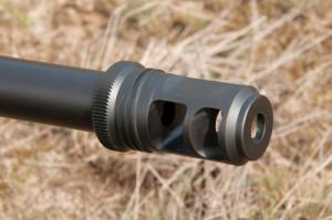 Дульный тормоз AAC выглядит небольшим, но значительная масса винтовки и мягкий затыльник приклада Magpul PRS позволяют переносить отдачу .50 BMG без неприятных ошущений