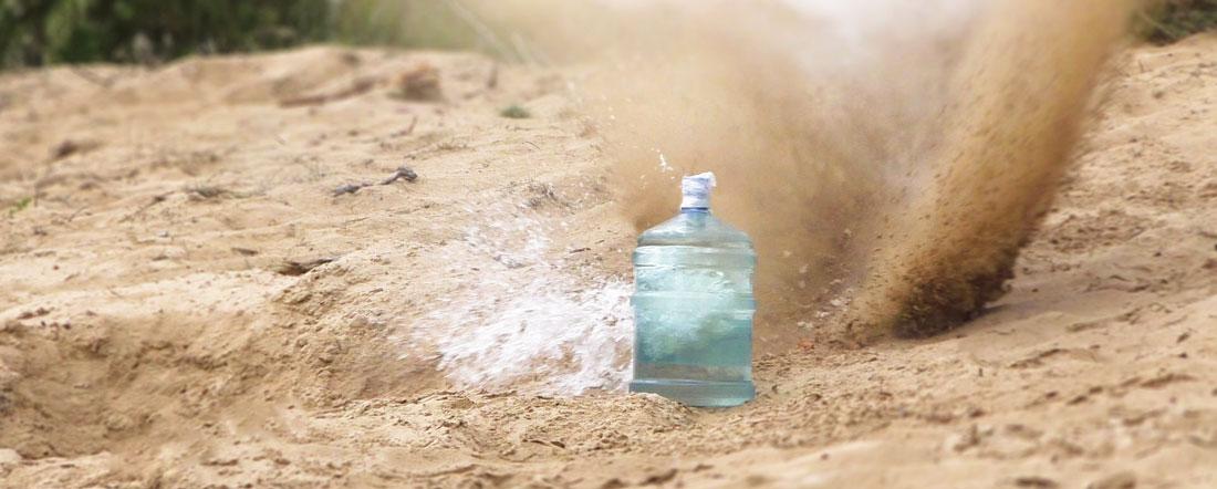 Попадание пули A-Max .50-го калибра в 20-литровую бутыль