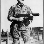 Фрэнк Негл из отряда SWAT полиции г. Хантингтон-Бич, Калифорния, на стрельбище с М10 .45 калибра