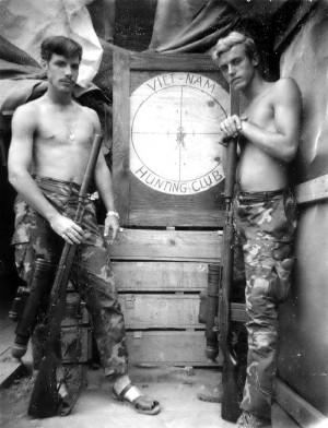 Снайперы USMC во Вьетнаме: винтовки М21 с ночными прицелами AN/PVS-2 Starlight и глушителями SIONICS. Слева — знаменитый Карлос Хэскок (Hathcock) «Белое перо»