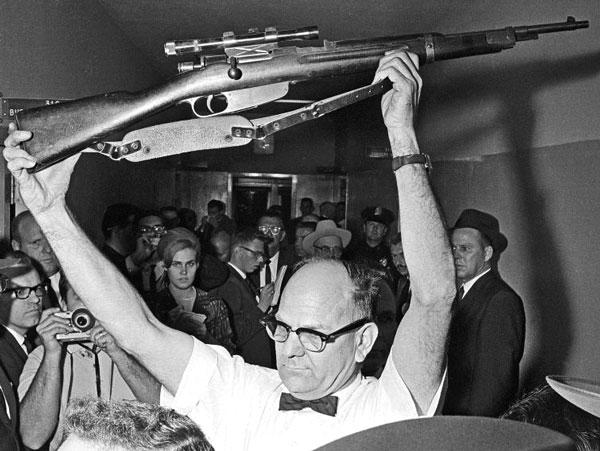 По утверждению комиссии Уоррена, Освальд за 5,6 с сумел сделать из этого карабина три прицельных выстрела, из которых два попали в JFK