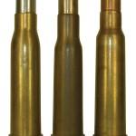 Сиамский «маузер» тип 45 (в центре) в сравнении с австрийским «маннлихером» 8х50R (слева) и патроном тип 45/66 (справа)