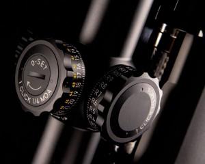 Поправки с помощью тактических барабанчиков вводятся без применения каких-либо инструментов. На барабан вертикальных поправок нанесены метки, позволяющие учитывать количество сделанных им полных оборотов, начиная от нулевой отметки. Новая точка отсчета (промежуточный «ноль») в любой момент может быть установлена по желанию с помощью системы «зеро-стоп»