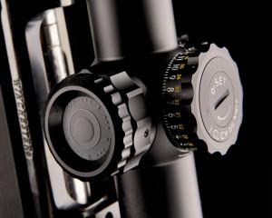 Слева находится колесико механизма отстройки от параллакса. При помощи встроенной в него кнопки можно выбрать один из четырех уровней яркости подсветки либо вообще отключить ее