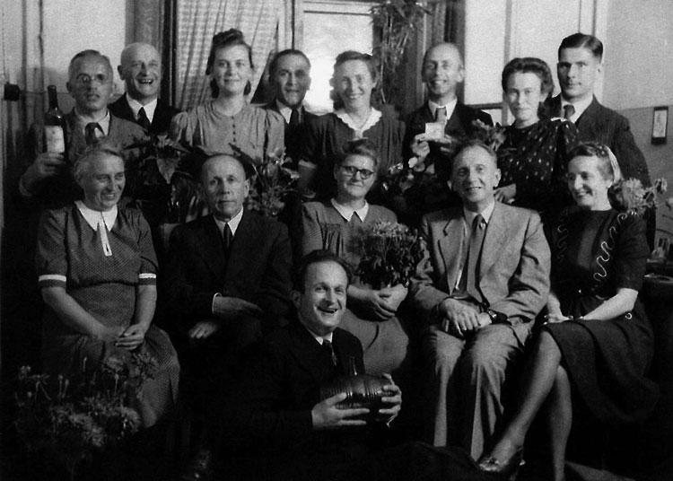 Праздник в большой и дружной немецкой «семье» в Ижевске. Курт Хорн бережно держит порядком опустевший стеклянный бочонок. За ним уютно расположились на стульях (слева направо): фрау Шарлотта Барницке, грустный Хуго Шмайссер, фрау Анна-Мария Шмидт, ее супруг — Иоганн Шмидт, и фрау Гильда Шинк. В третьем ряду стоят (слева направо): Вальтер Хайденрайх, Карл Барницке, фрау Елена Луи Хорн, Оскар Шинк, фрау Лина Валли Грунер, доктор Вернер Грунер, фрау Энгардт Фолькмар и ее супруг Эрнст Фолькмар