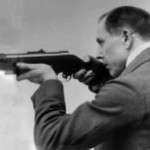 Хуго Шмайссер с пистолетом-пулеметом собственной конструкции