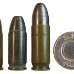 Патрон-заменитель 7,65 Browning (в центре), сделанный с использованием гильзы французского патрона 7,65х20 MAS (справа) в сравнении со штатным патроном 7,65 Browning (слева)