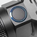 Крупная боковая кнопка с коротким и четким «кликом» удобна в управлении, а также позволяет удерживать фонарь классическим способом