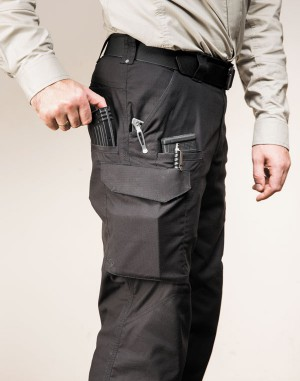 Пример использования брючных карманов (основной— EDC-предметы, боковые врезные— для магазинов АК/AR, набедренный может быть использован как грузовой)