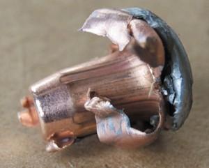 Внутреннее кольцо InterLock надежно удерживает вместе оболочку и сердечник пули, увеличивая поражающее действие