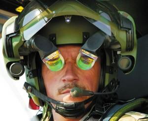 Шлем пило-та с двумя рефлекторными дисплеями