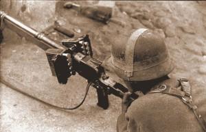 Немецкий солдат с противотанковым ружьем PzB 39. На ствольной коробке закреплены открытые патронные коробки для ускорения снаряжения винтовки