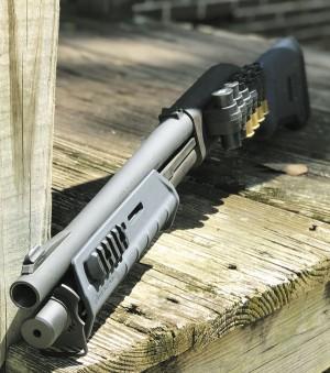 Remington 870 с цевьем и прикладом Magpul, атакже боковым патронташем Mesa Tactical