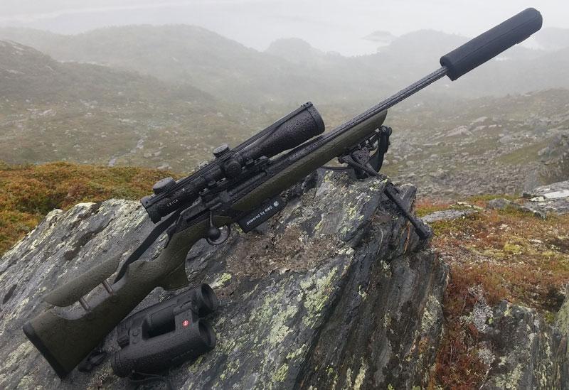 карабин Merkel RX.Helix Alpinist с оптикой Leica Magnus, биноклем Leica Geovid и патронами RWS Speed Tip Pro на высоте 1100 м