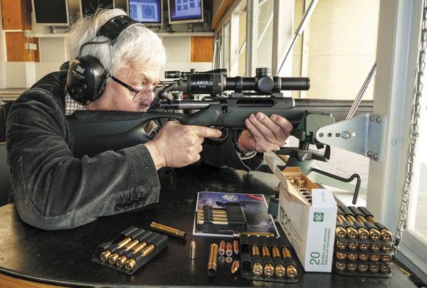 Петер Фонов, автор 10,3x68 Magnum, демонстрирует «тяжелые» патроны собственного снаряжения