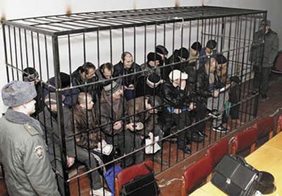Суд над бандитами; клетка сварена персонально для 19 членов банды, доживших до суда