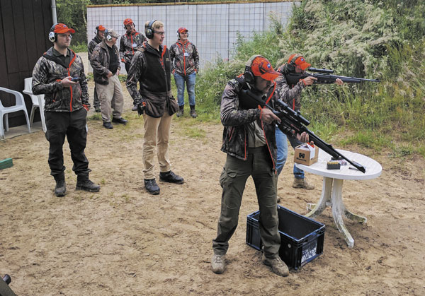 Польская команда готовится выполнять парную стрельбу по «Бегущему кабану»
