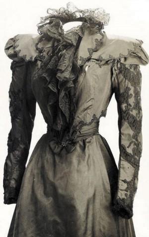 Платье императрицы Елизаветы — на груди слева повреждение от заточки