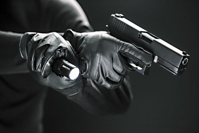 Один из наиболее удобных способов взаимодействия пистолета с фонарем — захват Харриса