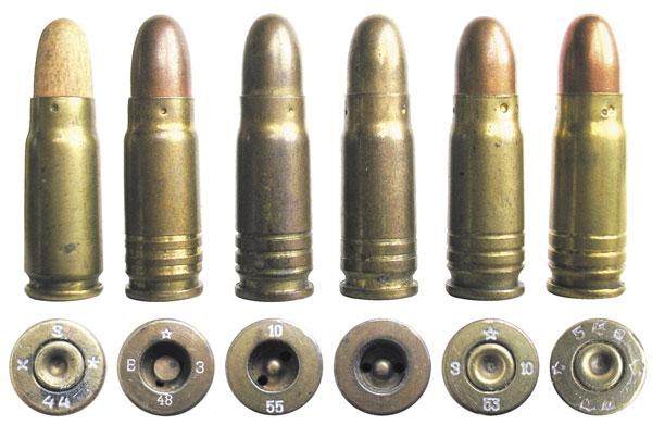 Варианты болгарских учебных патронов 7,62х25 ТТ (два патрона в центре снаряжены пулями в латунной оболочке)