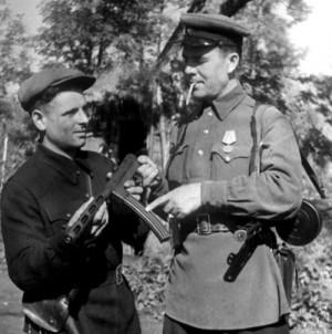 Мастер Менкин и командир отряда Баранов с одним из ПП ТМ-44