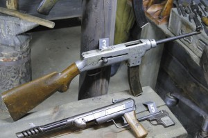 Пистолеты-пулеметы мастеров Бордюкова (вверху) и Сергеева (внизу)