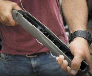 Дешевые пластиковые ложи бюджетных винтовок легко деформируются при приложении даже небольших усилий. Для высокоточной стрельбы это неприемлемо
