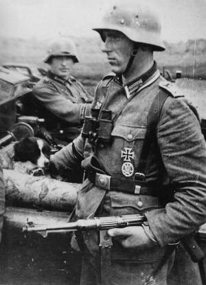 Обер-фельдфебель, кавалер Железного Креста и знака «За участие в общих штурмовых атаках» c MP38