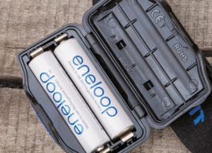Батарейный отсек фонарей рассчитан на парное число элементов питания. Кстати, «кормить» их лучше всего «Энелупами» или подобными аккумуляторами с технологией LSD