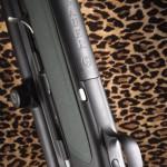 Магазин с металлическим корпусом и пластмассовой крышкой изготовлен с высокой точностью и не нарушает гармоничности форм оружия. Отсоединяется нажатием на кнопку перед ним (так же, как у Sauer 202, однако не взаимозаменяем с последним)