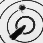 Круглая пробоина от стабилизированной пули и «утюг» от недостабилизированной