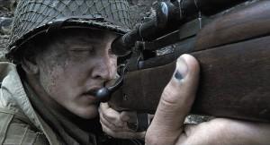 Киношный снайпер Дэниел Джексон («Спасти рядового Райана») вооружен винтовкой М1903А3, изготовленной на заводе Remington