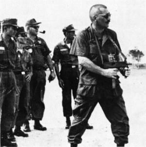 Первый образец Ingram M10— из руководства, напечатанного по заказу Erquiaga Arms Co. Митч Вер-Белл рекламирует М10 американским военным во Вьетнаме