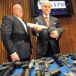 Комиссар NYPD Р. Келли и шеф Бюро контроля за организованной преступностью NYPD Т. Партелл представляют оружие, изъятое полицией Нью-Йорка, 20.08.2013 г.