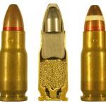Внешний вид 5,45-мм патрона МПЦ и его внутренняя конструкция; справа— образцовый патрон (также встречаются образцовые патроны с полностью окрашенной вершиной пули)