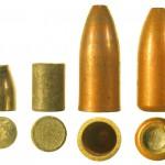Компоненты пули 5,45 Пст: стальной сердечник, свинцовая рубашка и биметаллическая оболочка; справа — пуля, подготовленная к снаряжению