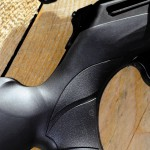 Ложа изготовлена из армированного стекловолокном полимера, на поверхностях удержания предусмотрены в меру мягкие противоскользящие накладки. Пистолетная шейка хорошо ложится в ладонь
