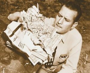 Рой Уэзерби рассматривает остатки телефонного справочника Лос-Анджелеса, пробитого пулей его нового патрона