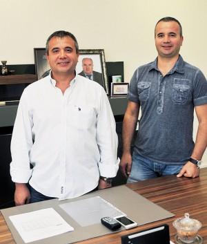 Братья Явуз (47 лет) и Фатих (42 года) Йоллу— президент и вице-президент компании ATA Arms. За ними виден портрет их отца Селала, одного из основателей современной турецкой оружейной промышленности