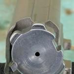 Боевая личинка с четырьмя боевыми упорами— сердце системы Kinematic Drive, разработанной инженерами «Браунинга». Слева виден зацеп выбрасывателя