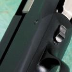 Между спусковой скобой и зарядным окном находится ползун, позволяющий заменить досланный патрон патроном из магазина