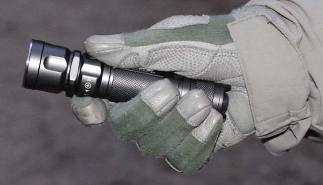 Благодаря грамотному дизайну фонарь удобно удерживать в руках, а также управлять кнопкой включения и переключением режимов яркости в перчатках