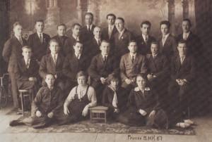 Группа БНК в 1940 г. В среднем ряду третий слева А. П. Григориадис, за ним — В. Н. Мичков, К. И. Колосков. В верхнем ряду третий слева— А.А.Юркин, седьмой — А.В. Пирогов