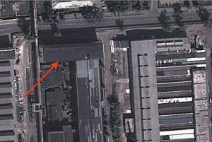 Вид сверху на производственный корпус, в котором работали немецкие конструкторы. Стрелкой отмечено северное крыло, в котором находился отдел главного конструктора отдела 58