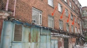 Вид со двора на здание, в котором работали немецкие конструкторы. Стрелками отмечены окна комнаты на втором этаже, в которой размещалась «группа конструкторов немецких специалистов при отд. 58»