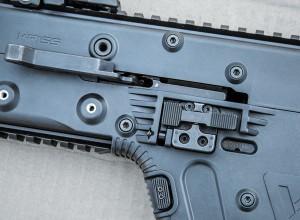 Органы управления: складная рукоятка взведения, клавиша снятия с затворной задержки/сигнализатор наличия патрона в патроннике, кнопка фиксатора магазина