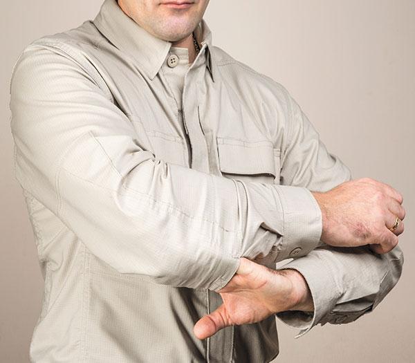 Области локтей на рукавах усилены и снабжены кармашками для защитных вставок