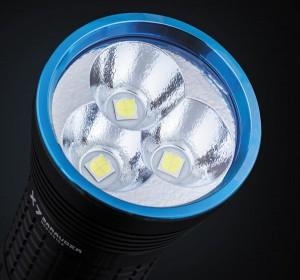 размещенные в текстурированном рефлекторе три светодиода Cree XHP-70 обеспечивают широкий световой луч